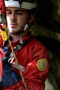 FOTO C - Un tecnico del soccorso speleologico attrezza un pozzo